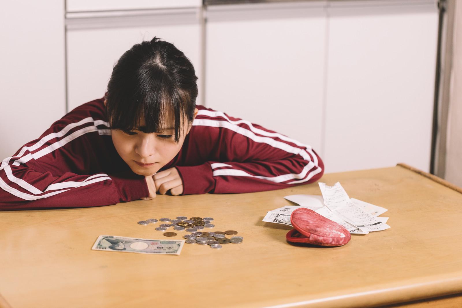 お札と小銭を数える少女