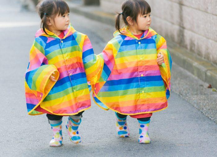 カラフルな服を着ている双子