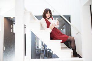 階段で本を読んでいる女性