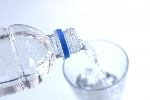 ペットボトルからコップへ水を注ぐ