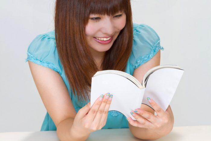 読書して笑う女性
