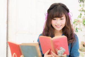 笑顔で本を読む女性