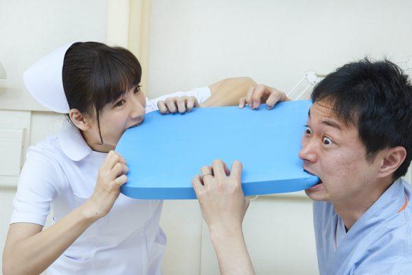 ビート板を噛む看護師
