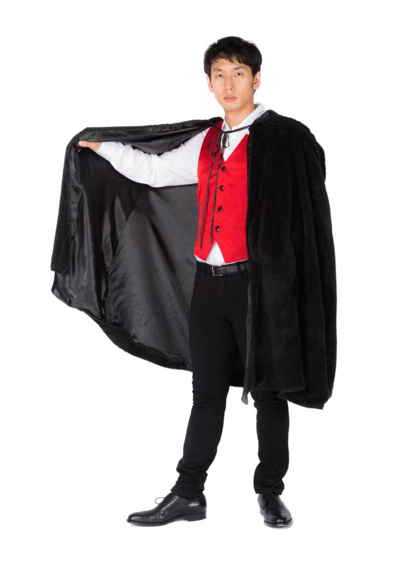 吸血鬼のコスプレ衣装を着る男性
