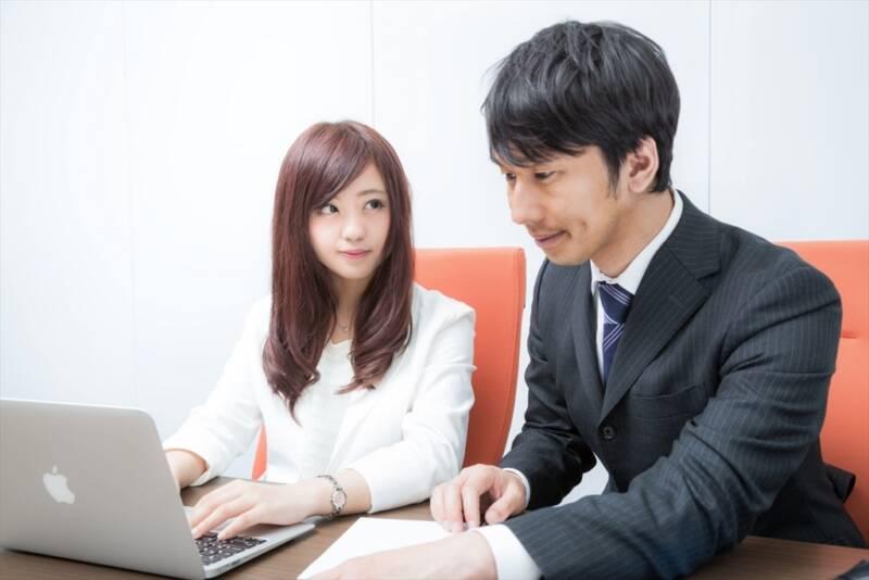 後輩女性を指導する先輩男性社員