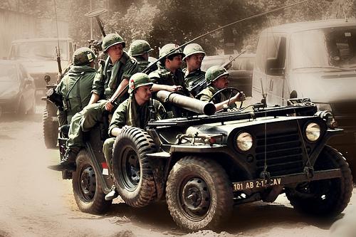 戦車に乗った兵士たち