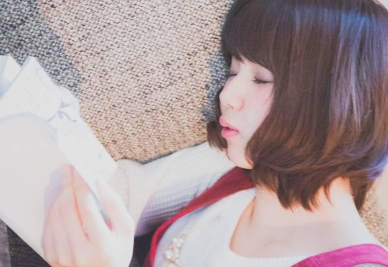 漫画を読んでいて寝落ちした女性
