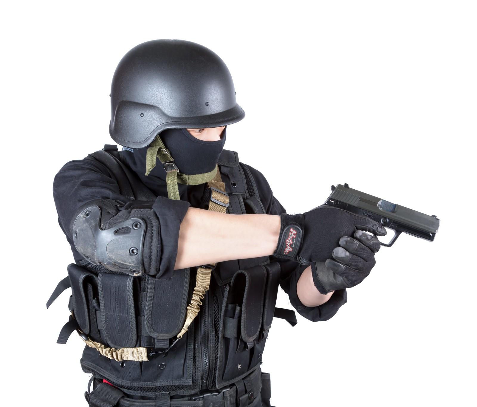 銃を構える特殊部隊員