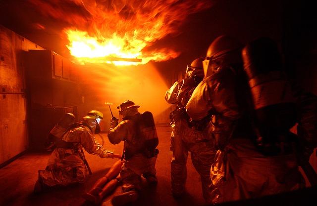 火災救助の訓練をおこなう消防士