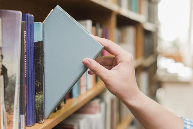 棚から本を取る