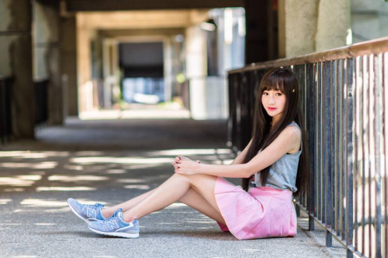 ミニスカートの若い女性