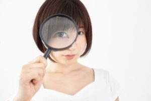 虫目眼を持つ女性