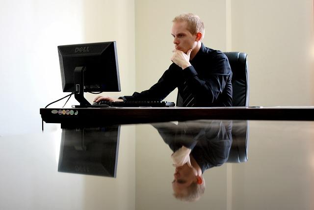 デスクトップパソコンと男性