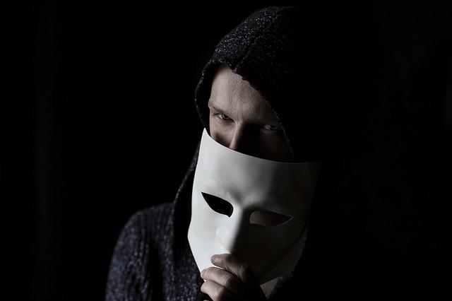 黒い帽子と仮面を被った男性