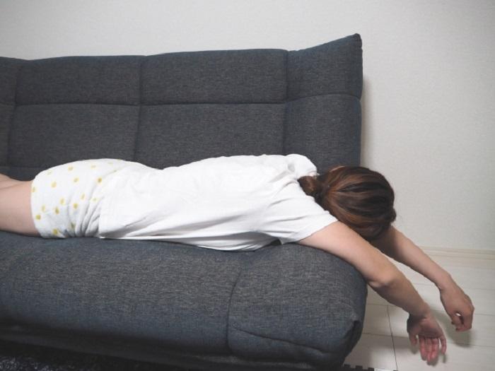 ソファーでだらける女性