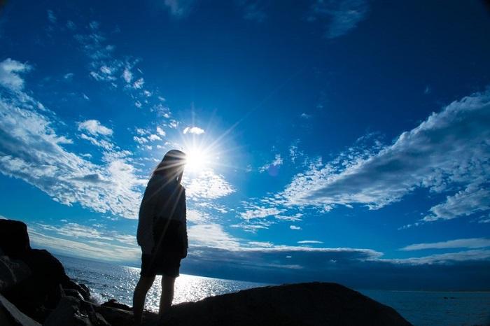青空を背景にした女性のシルエット