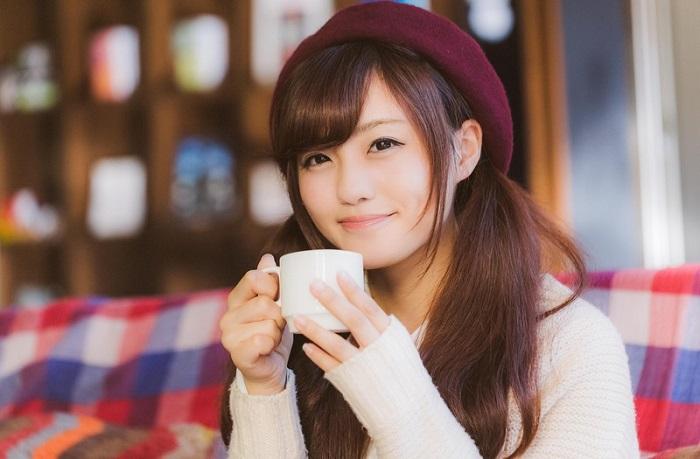 笑顔でコーヒーを飲む女性
