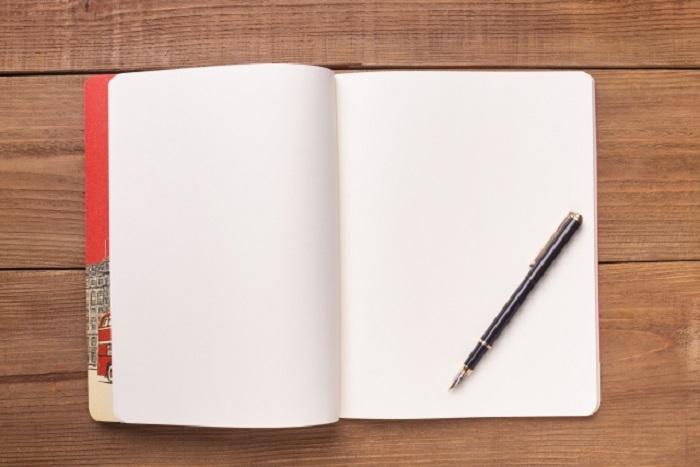 開いた本とペン