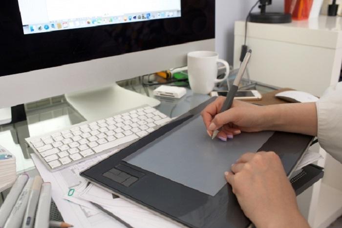 タブレットを使うデザイナー