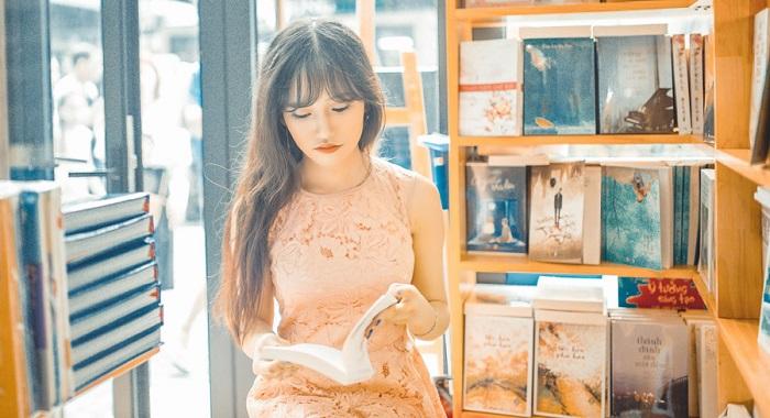 書店で本を読む女性